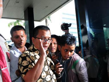Mantan Wakil Menteri Hukum dan HAM, Denny Indrayana mendatangi Gedung KPK, Jakarta, Selasa (17/2/2015). Kedatangan Denny untuk membahas berbagai persoalan yang kini dihadapi KPK bersama pimpinan KPK. (Liputan6.com/Faisal R Syam)
