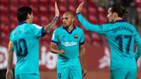 Penyerang Barcelona, Martin Braithwaite (tengah), berhasil menyumbangkan satu gol sekaligus membawa timnya menang 4-0 atas Real Mallorca pada laga pekan ke-28 La Liga di Iberostar Estadi, Sabtu (14/6/2020). (AFP/JAIME REINA)