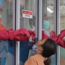 """Warga menjalani """"swab test"""" di GSI Lab (Genomik Solidaritas Indonesia Laboratorium), Jakarta, Sabtu (3/10/2020). Pemerintah telah menyepakati batas maksimal harga tes usap atau swab mandiri sebesar Rp900 ribu. (Liputan6.com/Herman Zakharia)"""