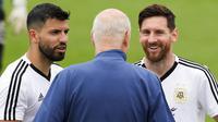 Striker Argentina, Lionel Messi dan Sergio Aguero, berbincang dengan asisten pelatih saat latihan di Bronnitsy, Rusia, Rabu (13/6/2018). Lionel Messi menjadi tumpuan Timnas Argentina untuk menjuarai Piala Dunia 2018. (AP/Ricardo Mazalan)