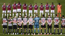 Para pemain Newcastle United dan West Ham United mengheningkan cipta untuk penghormatan pemakaman Pangeran Philip sebelum dimulainya laga lanjutan Liga Inggris 2020/2021 pekan ke-32 di St James' Park, Newcastle, Sabtu (17/4/2021). (AP/Stu Forster/Pool)