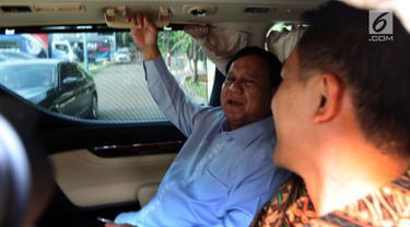 Calon Presiden nomor urut 02 Prabowo Subianto berada di dalam mobil usai pertemuan dengan Susilo Bambang Yudhoyono (SBY) di Kuningan, Jakarta, Kamis (10/1). Prabowo-Sandi melakukan pertemuan tertutup di kediaman SBY. (Liputan6.com/Johan Tallo)