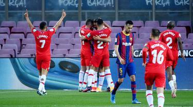 Para pemain Granada merayakan gol yang dicetak oleh Jorge Molina ke gawang Barcelona pada laga Liga Spanyol di Stadion Camp Nou, Jumat (30/4/2021). Barcelona takluk dengan skor 1-2. (AFP/Lluis Gene)