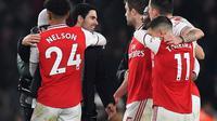 Ekspresi manajer Arsenal, Mikel Arteta, dan para pemain setelah mengalahkan Manchester United 2-0 di Stadion Emirates, Kamis (2/1/2020) dini hari WIB. (AFP/Ben Stansall)