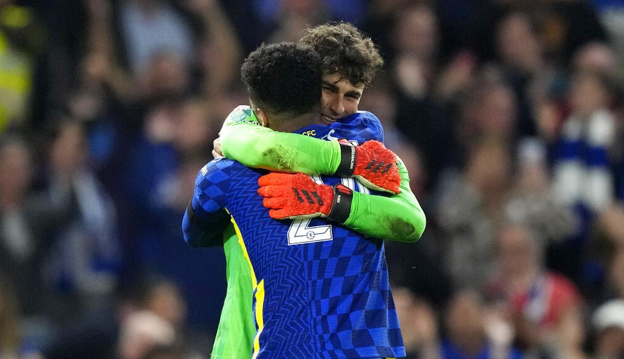 Reece James (depan) berselebrasi dengan kiper Chelsea, Kepa Arrizabalaga setelah mencetak penalti kemenangan atas Aston Villa pada akhir babak ketiga Piala Liga Inggris di Stadion Stamford Bridge, Kamis (23/9/2021) dini hari WIB. Chelsea menang adu penalti 3-2 seusai imbang 1-1. (AP/Frank Augstein)