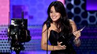 Penyanyi Camila Cabello memberikan pidato saat menerima piala pertamanya pada ajang American Music Awards 2018 di Los Angeles, Selasa (9/10). Lewat lagu 'Havana', Camilla dianugerahi sebagai Lagu Pop/Rock Terfavorit 2018. (Kevin Winter/Getty Images/AFP)