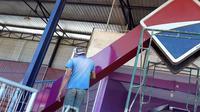 Pekerja mengejar tenggat waktu perbaikan Stadion Brawijaya, Kota Kediri, untuk pembukaan Liga 2 2019. (Bola.com/Gatot Susetyo)