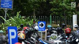 Seorang pria memarkir motornya di Kawasan Irti Monas, Jakarta, Kamis (3/1). Nantinya, tarif baru itu akan mulai diterapkan pertama kali di lapangan parkir Ikatan Restoran dan Taman Indonesia (IRTI) Monumen Nasional (Monas). (Merdeka.com/Imam Buhori)