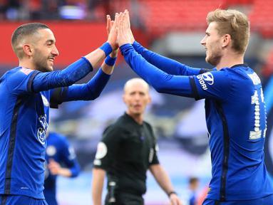 Gelandang Chelsea, Hakim Ziyech (kiri) melakukan selebrasi bersama Timo Werner usai mencetak gol ke gawang Manchester City dalam laga semifinal Piala FA 2020/2021 di Wembley Stadium, London, Sabtu (17/4/2021). Chelsea menang 1-0 atas Manchester City. (AFP/Adam Davy/Pool)