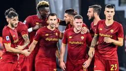 AS Roma berhasil memanfaatkan keunggulan jumlah pemain pada menit ke-26. Henrikh Mkhitaryan (tengah-kiri) sukses mengkonversi umpan dari Tammy Abraham, yang menyasar pojok kanan gawang. Skor berubah menjadi 1-0 atas keunggulan Roma dan bertahan hingga waktu turun minum. (Foto: AFP/Alberto Pizzoli)
