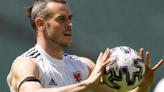 Kapten timnas Wales, Gareth Bale memegang bola selama sesi latihan tim di Stadion Olimpiade Baku di Baku, Azerbaijan, Jumat (11/6/2021). Pertandingan kedua Grup A Euro 2020 akan mempertemukan antara Wales vs Swiss pada Sabtu malam (12/6). (AP Photo/Darko Vojinovic)