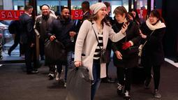 Para calon pembeli memasuki Selfridges untuk berburu barang obral selama Boxing Day di Oxford Street, London, Rabu (26/12). Boxing Day merupakan tradisi hari belanja terbesar tahunan yang dirayakan sehari setelah hari Natal. (Isabel Infantes/PA via AP)