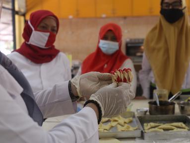 Peserta mengikuti pelatihan tata boga dan tata busana di Pusat Pelatihan Kerja Daerah (PPKD) Jakarta Pusat, Senin (14/12/2020). Pelatihan yang diikuti 10 warga DKI Jakarta ini diharapkan nantinya mereka dapat membuka usaha secara mandiri di tengah situasi pandemi Covid-19 (Liputan6.com/Angga Yuniar)