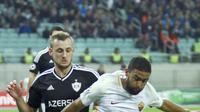 Pemain AS Roma, Gregoire Defrel (kanan) berusaha keluar dari tekanan pemain  Qarabag FK,  Maksim Medvedev pada laga grup C Liga Champions di Baki Olimpiya Stadionu, Baku, (27/9/2017). AS Roma menang 2-1. (AP/Aziz Karimov)