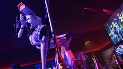 Sebuah robot menari striptis di Sapphire Gentlemen's Club di CES 2018 di Las Vegas, AS (8/1). Seperti layaknya manusia, ternyata robot-robot ini bisa menari striptis. (AFP Photo/Mandel Ngan)