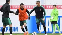 Pemain Portugal, Cristiano Ronaldo (kanan) bersama Bernardo Silva (tengah) dan Goncalo Guedes saat sesi latihan perdana jelang Piala Dunia 2018 di base camp mereka di Kratovo, pinggiran Moskow, Rusia, Minggu (10/6). (Francisco LEONG/AFP)