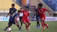 Pemain Persik dihadang penggawa Persela pada pertandingan terakhir Grup C Piala Menpora 2021 di Stadion Si Jalak Harupat Soreang, Kabupaten Bandung, Rabu (7/4/2021). (Bola.com/Gatot Susetyo)