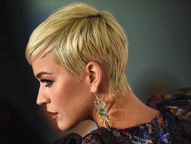 Penyanyi Katy Perry berpose saat tiba menghadiri pesta Gala Musicares Person of The Year 2019 di Los Angeles, AS (8/2). Katy Perry tampil menawan mengenakan gaun hitam bermotif kembang dengan belahan hingga paha terbuka. (AFP Photo/Valerie Macon)