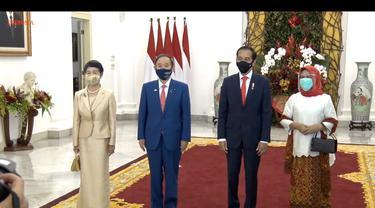 PM Suga dan Jokowi didampingi istri masing-masing dalam foto bersama di Istana Bogor, Selasa (20/10/2020).