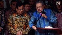 Ketum Partai Demokrat Susilo Bambang Yudhoyono atau SBY (kanan) didampingi Ketum Partai Gerindra Prabowo Subianto (kiri) memberi keterangan usai bertemu di Jakarta, Senin (30/7). Demokrat mengusung Prabowo sebagai capres 2019. (Liputan6.com/JohanTallo)