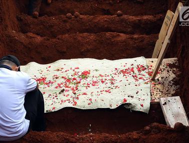 Duka Selimuti Penguburan Massal Korban Kecelakaan Tanjakan Emen