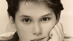 Pria kelahiran 16 Oktober 1977 ini kerap membagikan foto masa kecilnya. Ternyata sejak kecil pun John Mayer sudah terlihat tampan. (Liputan6.com/IG/@johnmayer)