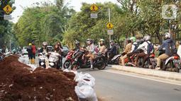 Pengendara sepeda motor memutar balik dan melawan arah di kawasan Lenteng Agung, Jakarta Selatan, Rabu (9/1/2019). Aksi nekat pengendara berpotensi menyebabkan kemacetan serta kecelakaan. (Liputan6.com/Immanuel Antonius)