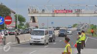 Sejumlah Petugas saat mengatur lalu lintas di jalur keluar tol Berebes, Jawa Tengah, Jumat (23/12) Hingga saat ini belum terjadi antrian panjang hingga menuju jalur pantura Berebes. (Liputan6.com/Angga Yuniar)