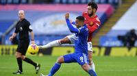 Pemain Leicester City, Wesley Fofana, berebut bola dengan pemain Manchester United, Youri Tielemans, pada laga Liga Inggris di Stadion King Power, Sabtu (26/12/2020). Kedua tim bermain imbang 2-2. (AFP/Pool/Glyn Kirk)