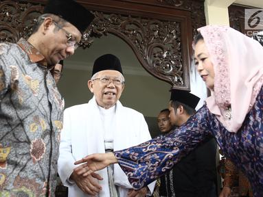 Cawapres nomor urut 01 Ma'ruf Amin ditemani anak Gus Dur, Yenny Wahid dan mantan ketua MK Mahfud MD usai bertemu istri Gus Dur, Sinta Nuriyah di Ciganjur, Jakarta, Rabu (26/9). Pertemuan tersebut dalam rangka silaturahmi. (Liputan6.com/Herman Zakharia)