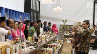 Pengunjung melihat produk dalam pameran Karya Kreatif Indonesia (KKI) di JCC Senayan, Jakarta, Jumat (12/7/2019). Pameran ini menampilkan produk-produk UMKM RI mulai dari kain, pakaian, tas, hingga berbagai kuliner seperti kopi buatan anak negeri. (Liputan6.com/Angga Yuniar)
