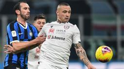 2. Radja Nainggolan (Cagliari) - Meski terbuang dari Inter Milan, gelandang serang berusia 31 tahun ini mampu kembali menunjukan kemapuannya di Cagliari. Dari 21 penampilannya, Radja Nainggolan menyumbangkan 5 gol dan 5 assist di musim ini. (AFP/Miguel Medina)