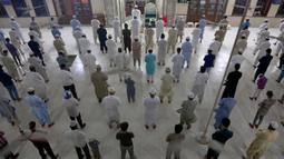 Umat Muslim melaksanakan Salat Malam di sebuah masjid di Karachi, Pakistan, Minggu, (19/4/2020). Pemerintah Perdana Menteri Pakistan Imran Khan tunduk pada tuntutan para pemimpin agama dan setuju untuk menjaga masjid tetap terbuka selama bulan puasa Ramadan. (AP Photo/Fareed Khan)
