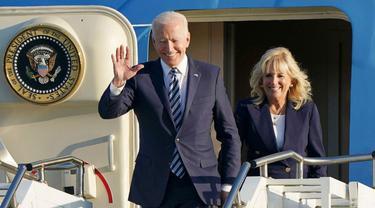 Presiden Joe Biden dan Ibu Negara Jill Biden tiba dengan pesawat Air Force One di RAF Mildenhall, Inggris, 9 Juni 2021 untuk menghadiri KTT G7.