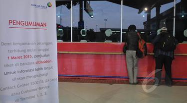 Suasana loket penjualan tiket maskapai di terminal Bandara Soekarno Hatta, Tangerang, Selasa (17/2). Mulai 1 Maret mendatang, PT Angkasa Angkasa Pura II akan menghapus loket penjualan tiket di bandara yang dikelolanya. (Liputan6.com/Herman Zakharia)