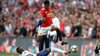 Penyerang Manchester United, Marcus Rashford berusaha melewati pemain Tottenham Hotspur, Davinson Sanchez saat bertanding pada semifinal Piala FA di stadion Wembley di London, (21/4). MU menang atas Tottenham 2-1. (AP Photo/Kirsty Wigglesworth)