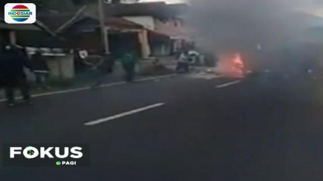 Sebuah mobil angkutan umum terbakar setelah bertabrakan dengan dua sepeda motor. Dua pengendara motor tewas.