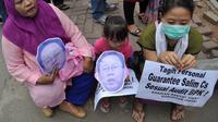 Dalam unjuk rasa tersebut, massa membawa berbagai atribut dan topeng Obligor BLBI Bank BDNI Sjamsul Nursalim, Jakarta, Selasa (26/8/14). (Liputan6.com/Miftahul Hayat)