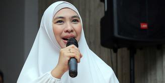 Pemeran Oki Setiana Dewi kembali ke layar lebar. Kali ini, pemeran yang namanya melejit dari film Ketika Cinta Bertasbih itu terlibat di belakang layar. Ia menjadi  executive produser. (Deki Prayoga/Bintang.com)