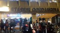 Calon penumpang KRL menumpuk di Stasiun Gondangdia, Jakarta Pusat imbas tawuran warga di Manggarai. (Anri Syaiful/Liputan6.com)