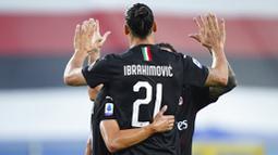 Pemain AC Milan, Zlatan Ibrahimovic, melakukan selebrasi usai mencetak gol ke gawang Sampdoria pada laga Serie A di Stadion Luigi Ferraris, Rabu (29/7/2020). AC Milan menang 4-1 atas Sampdoria. (Spada/LaPresse via AP)