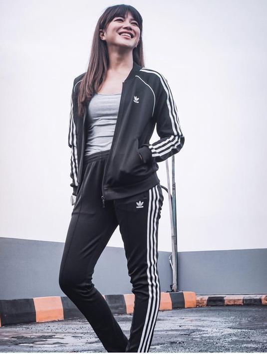 Lewat Instagramnya, Dita kerap kali tampil sporty. Misalnya saja mengenakan tracksuit hitam dari brand Adidas. Dengan inner tan top. Dok Instagram @fakhranaaa
