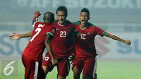 Bek Timnas Indonesia, Hansamu Yama Pranata (tengah) berlari usai mencetak gol ke gawang Thailand di final pertama Piala AFF 2016 di Stadion Pakansari, Bogor, Rabu (14/12). Indonesia unggul 2-1 atas Thailand. (Liputan6.com/Helmi Fithriansyah)