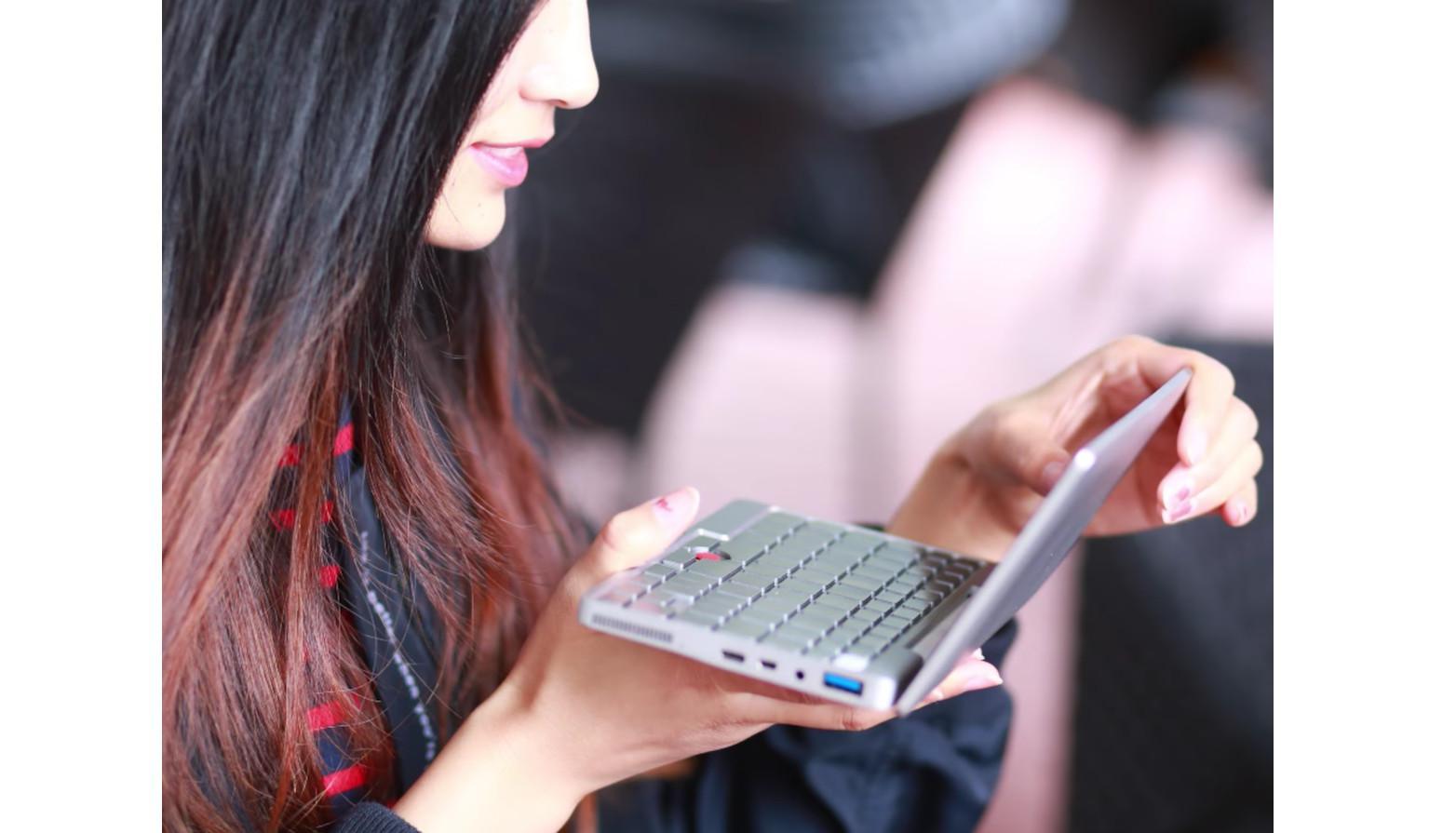 Laptop terkecil di dunia (Sumber: Business Insider)