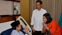 Presiden Joko Widodo (Jokowi) dan Ibu Negara, Iriana, saat bersalaman dengan BJ Habibie di RSPAD Gatot Soebroto, Jakarta, (28/10/2014). (rumgapres/Agus Suparto)