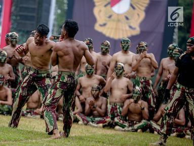 Prajurit Kopossus menunjukan kebolehan bertarung bebas dalam acara HUT ke-67 Kopassus di Markas Kopassus, Jakarta, Rabu (24/4). HUT ke-67 Kopassus bertema ' Mewujudkan prajurit Kopassus yang profesional, kuat, dan tangguh serta Adaptif menghadapi Tantangan Global.' (Liputan6.com/Faizal Fanani)
