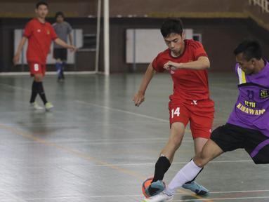Para pemain beraksi pada Kejuaraan Futsal Tuna Rungu di Lapangan Futsal GOR Ciracas, Jakarta, Sabtu (7/11/2015). Kegiatan itu dilakukan dalam rangka memperingati Hari Sumpah Pemuda. (Bola.com/Vitalis Yogi Trisna)