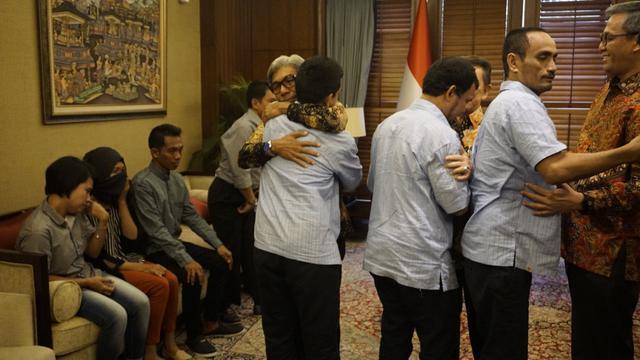 Kemlu RI Kembalikan 3 WNI yang Bebas dari Sandera Abu Sayyaf kepada Keluarga