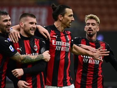 Para pemain AC Milan merayakan gol ketiga yang dicetak striker Ante Rebic (kedua dari kiri) ke gawang Crotone dalam laga lanjutan Liga Italia 2020/21 pekan ke-21 di San Siro Stadium, Milan, Minggu (7/2/2021). AC Milan menang 4-0 atas Crotone. (AFP/Miguel Medina)