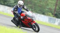 Suzuki GSX-R150 diuji sejumlah jurnalis di Sirkuit International Sentul (ist)
